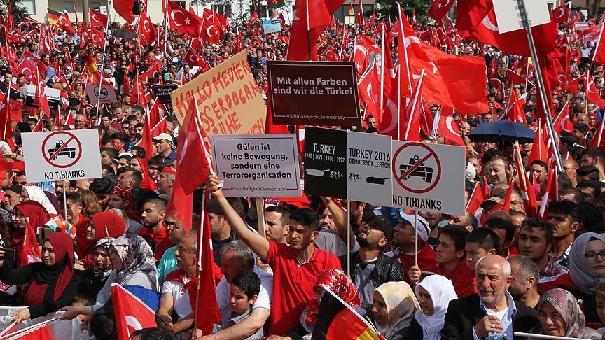 avrupali-turkler-demokrasi-mitinginde-bulustu