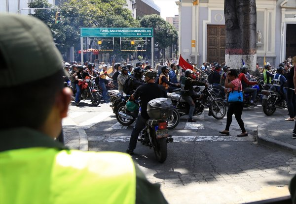 Caracas'ta motosikletlilerden Maduro'ya destek gösterisi