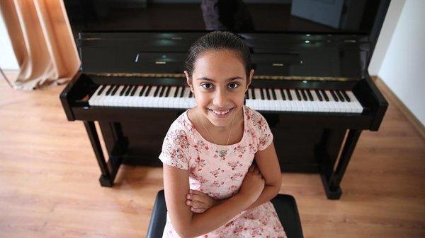 Minik Türk piyanist Arya yarışmalarda sahne alıyor