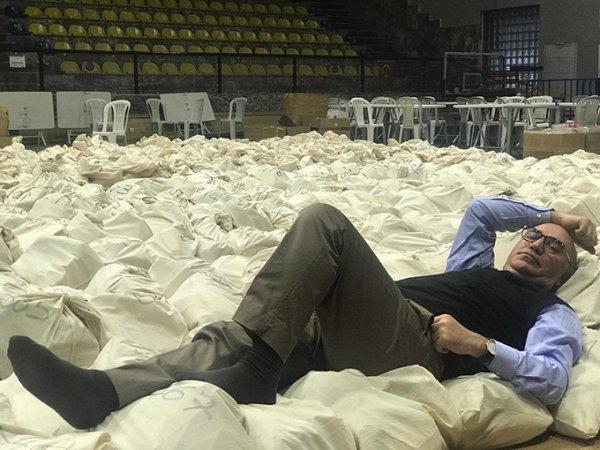 CHP'li Tanal oyların üzerine yatarak nöbet tuttu