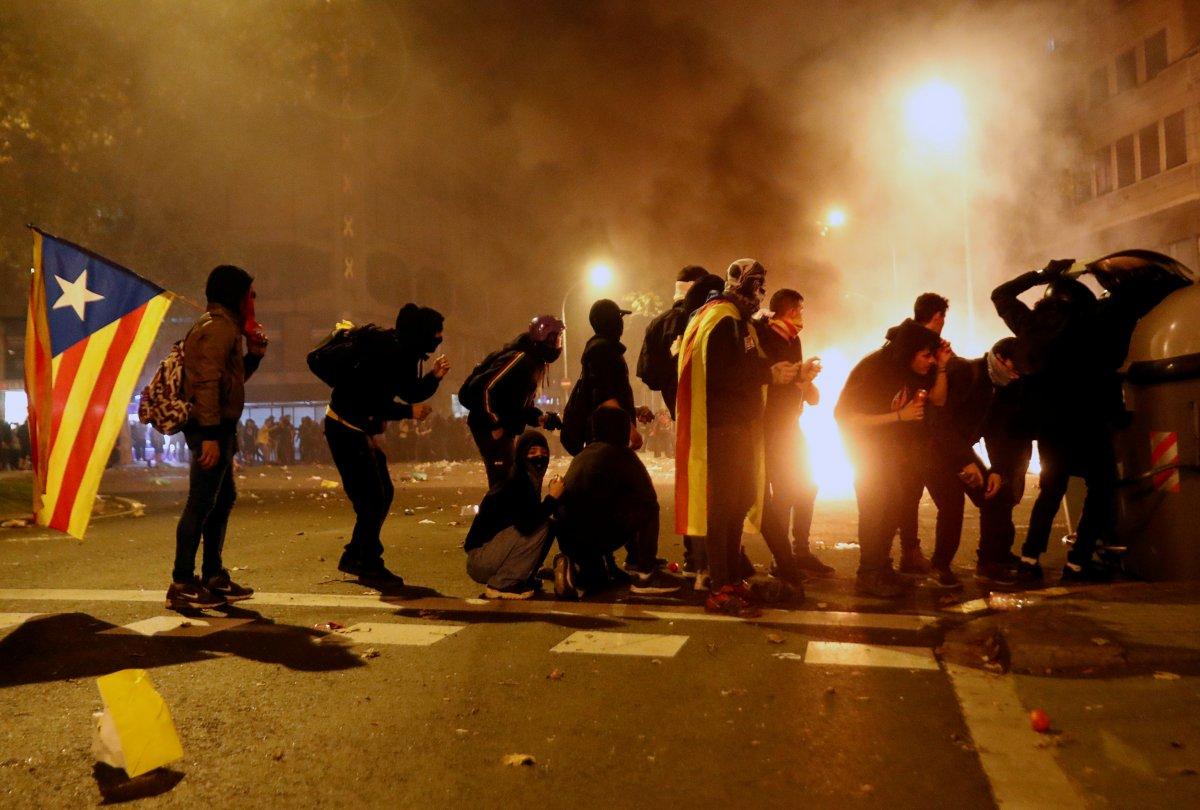 Katalanlar caddeleri ateşe verdi