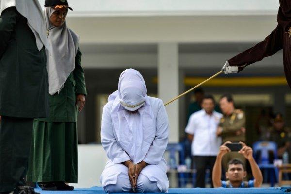 Dini lider zinadan kırbaç yedi